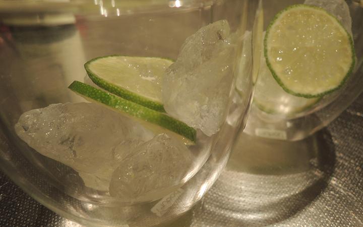 氷と薄切りライム