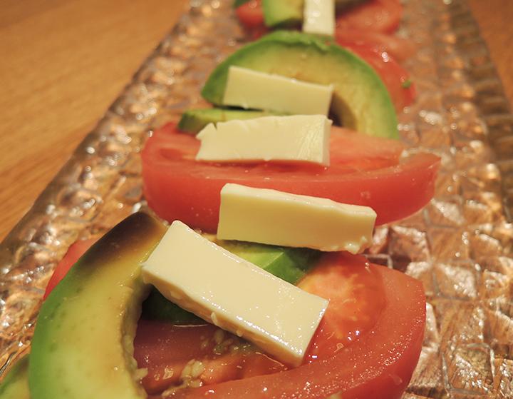 トマトとアボカドとチーズ