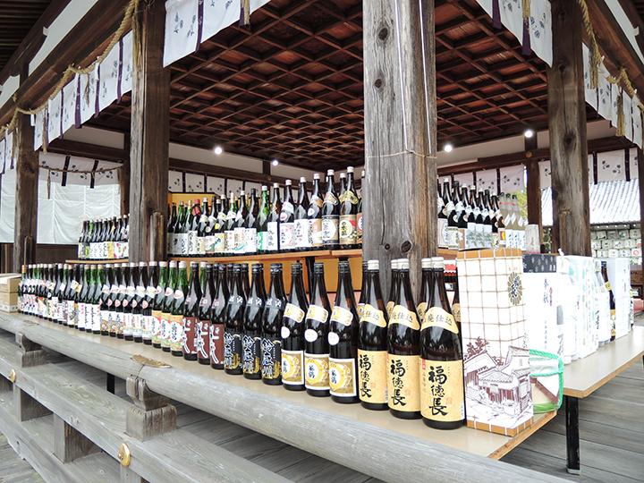 拝殿の日本酒瓶